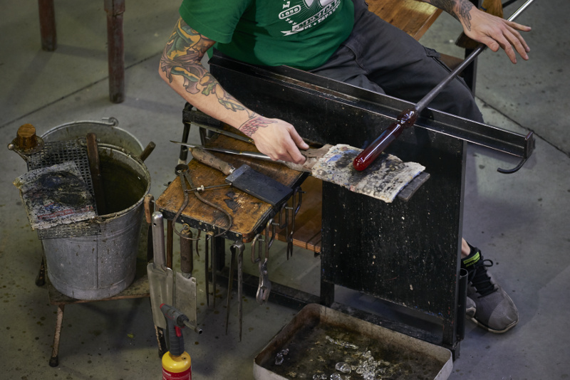 Souffleur de verre, photo prise par David Giancatarina dans les ateliers du CIRVA